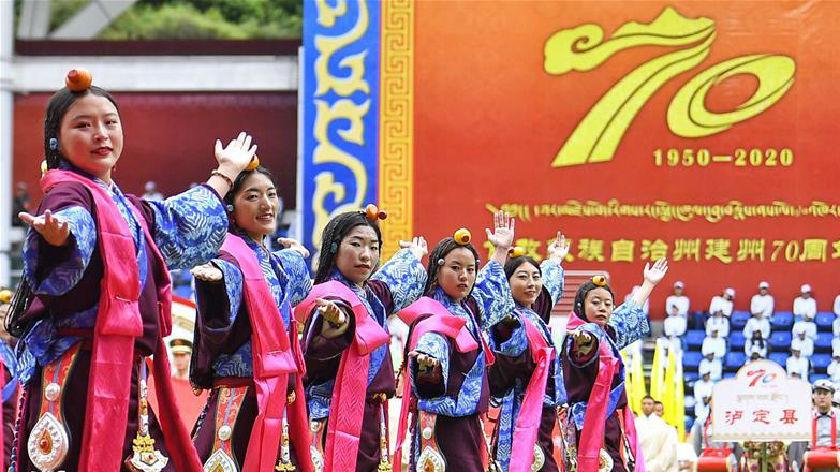 甘孜群众载歌载舞欢庆建州70周年