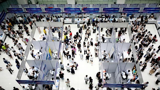 港媒:中国今年归国留学人数创新高 竞争压力倍增
