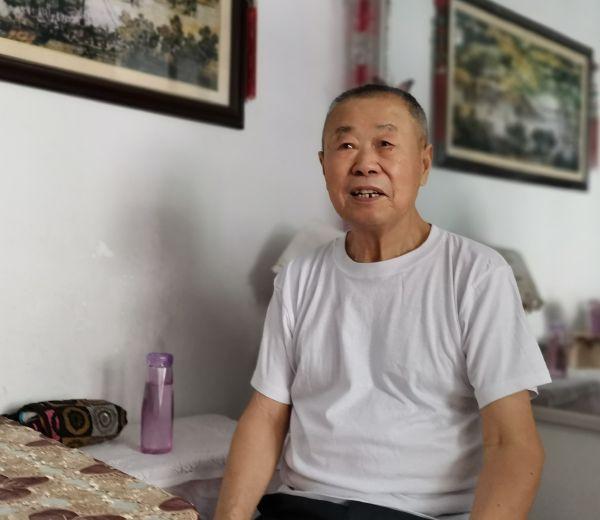 徐良龙老人在葫芦岛家中接受采访