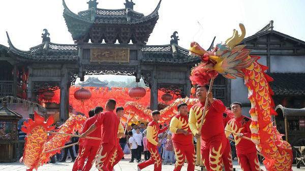 """英媒观察:中国鼓励""""报复性旅游""""以提振经济"""