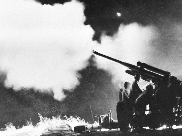这是在上甘岭战役中的中国人民志愿军高射炮部队在夜间猛烈射击敌机(资料照片)