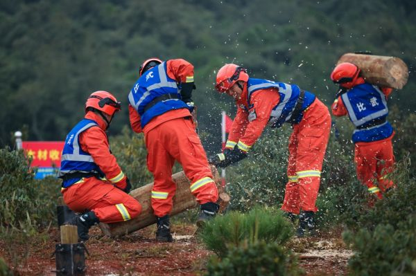 """19日,森林消防队伍第二届""""火焰蓝""""灭火专业技能尖子比武活动进入第三个比赛日,图为索滑降开辟机降场科目比武活动现场。"""