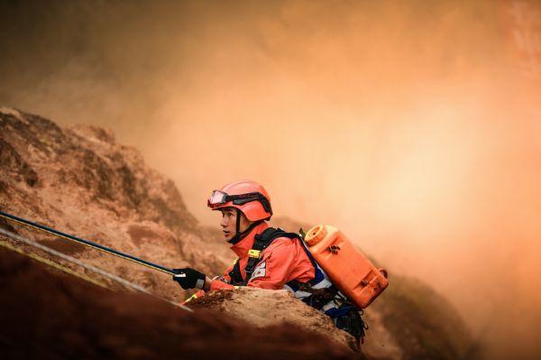 """19日,森林消防队伍第二届""""火焰蓝""""灭火专业技能尖子比武活动进入第三个比赛日,图为特殊地形点烟处置科目比武活动现场。"""
