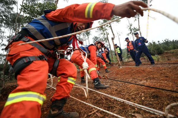 """19日,森林消防队伍第二届""""火焰蓝""""灭火专业技能尖子比武活动进入第三个比赛日,图为特殊地形点烟处置科目比武活动场。"""