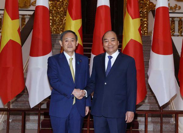 越南总理阮春福(右)会见到访的日本首相菅义伟