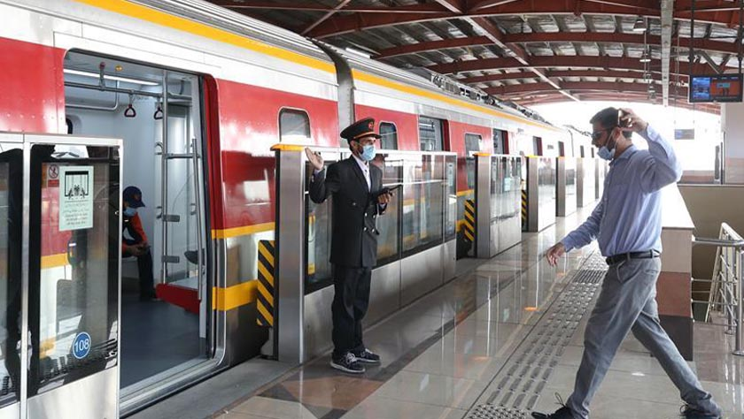 巴基斯坦首條地鐵商運后迎來首批乘客