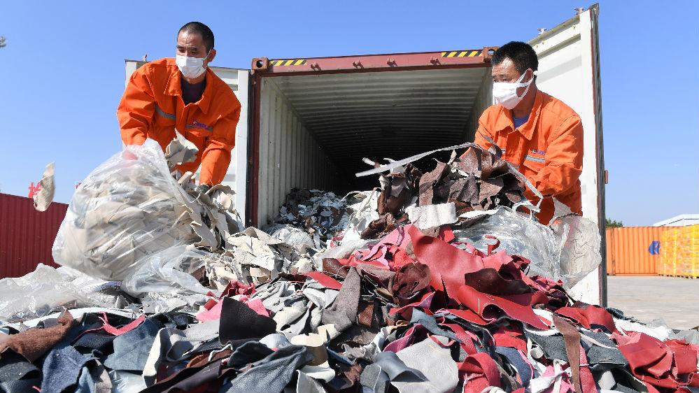 """外媒关注中国明年全面禁止进口""""洋垃圾"""""""