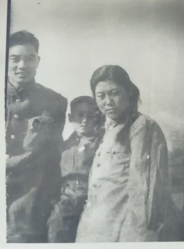 朝鲜战争停战后,郭动荡随母亲来到朝鲜与父亲郭介人一同生活(左一为郭介人)(照片由郭介人之子郭动荡提供)