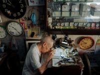 他把岁月藏在了修好的钟表里