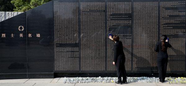 沈阳抗美援朝烈士陵园工作人员在擦拭烈士英名墙  姚剑锋 摄