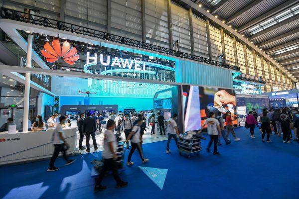 这是第二十二届中国国际高新技术成果交易会上的华为展台(11月11日摄)。新华社记者 毛思倩 摄