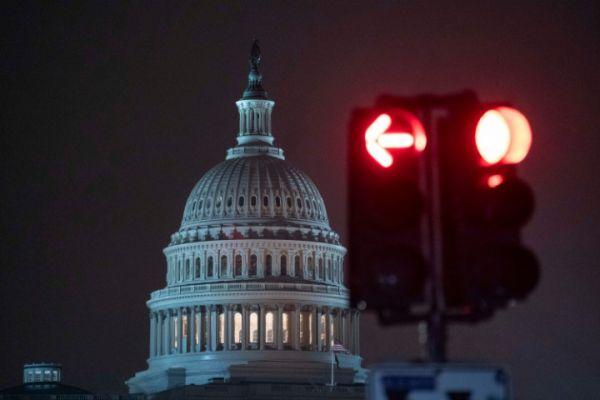 1月1日,位于美国华盛顿的国会大厦笼罩在雨中。新华社记者 刘杰 摄