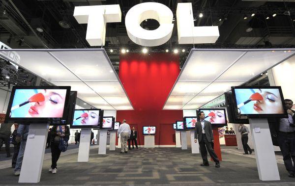资料图:在美国内华达州拉斯韦加斯举行的消费电子展上,一些客商参观TCL公司的展台。(新华社)