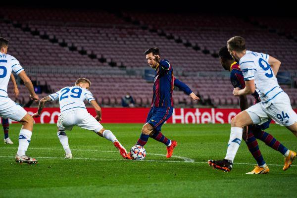 2020年11月4日,在2020-2021赛季欧冠联赛小组赛G组第三轮比赛中,巴塞罗那队球员梅西(中)在比赛中带球突破。 新华社发(胡安·戈萨摄)