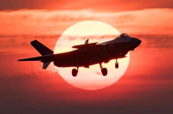 资料图片:2019年11月7日,空军歼-20战机开展飞行训练。新华社发(杨盼 摄)