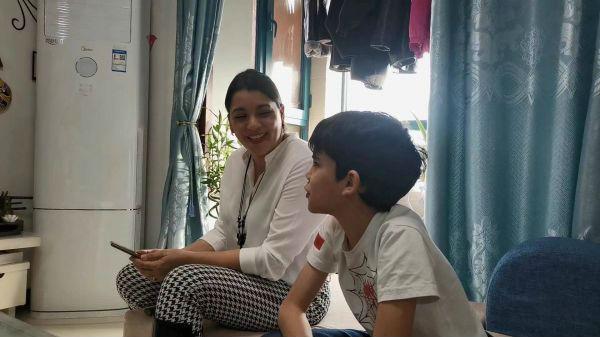1月15日,河北外国语学院西班牙语老师苏雷和小儿子一起练习唱中文歌曲。新华社记者 杜一方摄