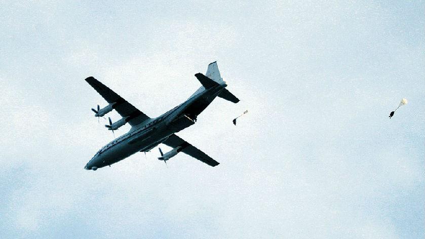 空降兵某旅组织2020年度入伍女兵进行跳伞训练