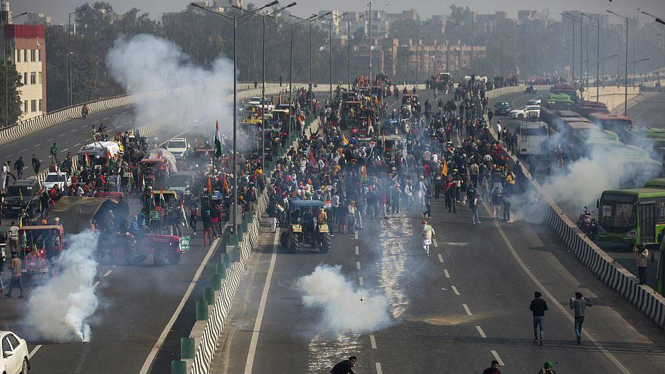 """境外媒体:印度""""共和国日""""爆流血冲突"""