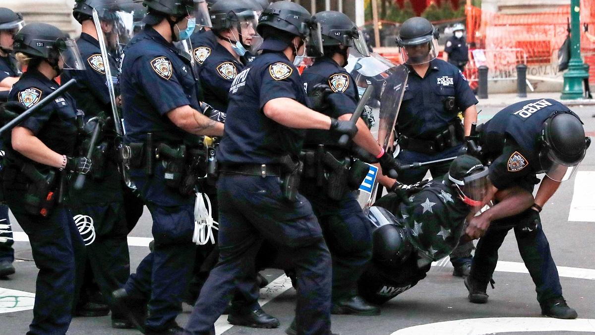 外媒:美警察暴力对待9岁女童引公愤