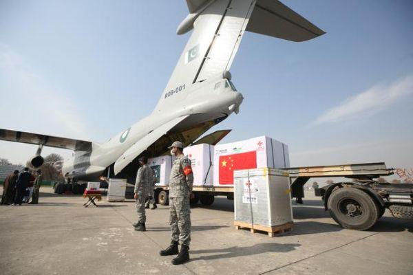 这是2月1日在巴基斯坦首都伊斯兰堡附近的努尔汗空军基地拍摄的疫苗交接仪式现场。中国政府首批对外援助新冠疫苗1日在巴基斯坦首都伊斯兰堡附近的努尔汗空军基地正式移交巴基斯坦。新华社记者 刘天 摄