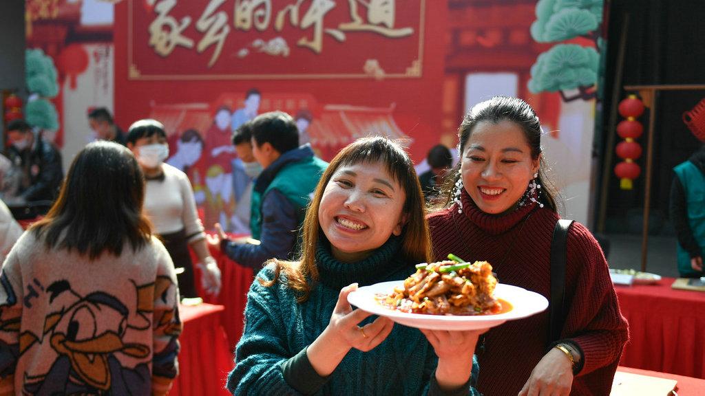 """美媒:""""就地过年""""带来中国人别样春节"""