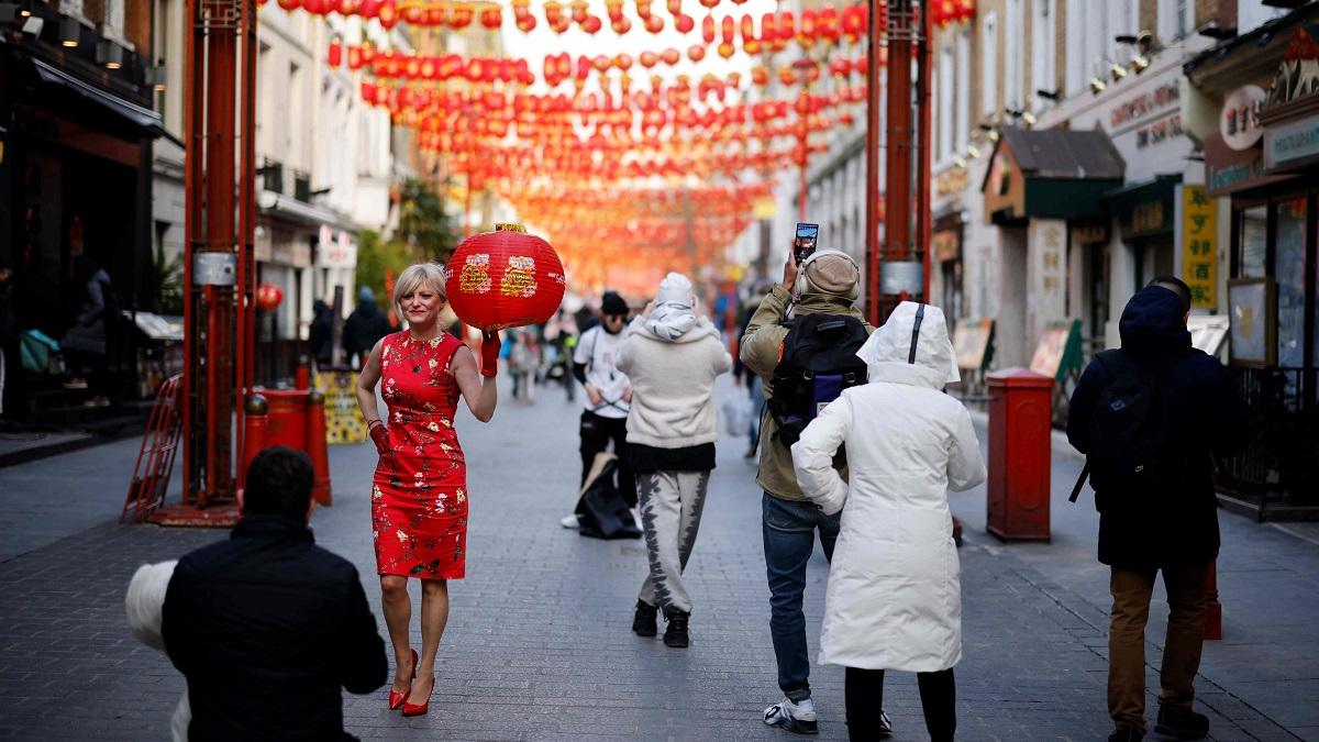 """外媒:""""中国红""""闪耀世界驱散疫情阴影"""