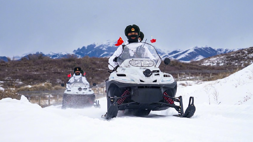 新疆边防官兵骑摩托雪橇巡逻
