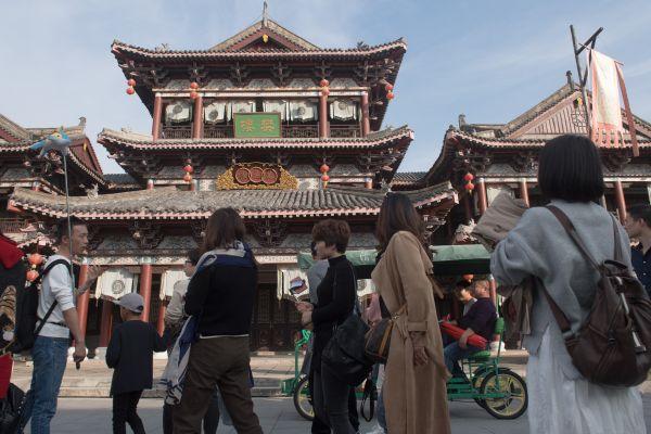 观众在横店影视城参观游览。