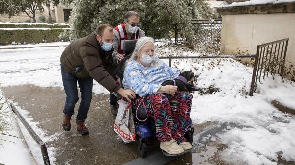 美媒:极寒天气下 美得州上演人间惨剧