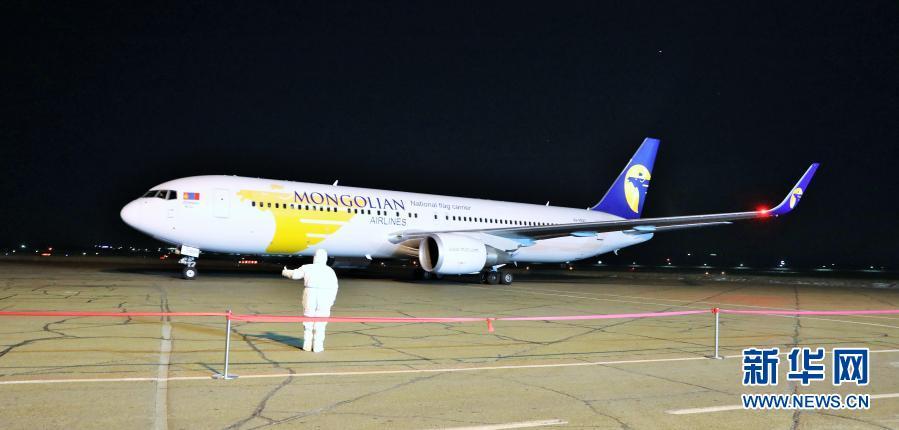 这是2月23日凌晨在蒙古国首都乌兰巴托成吉思汗国际机场拍摄的载有中国援助的新冠疫苗的飞机。新华社记者 阿斯钢 摄