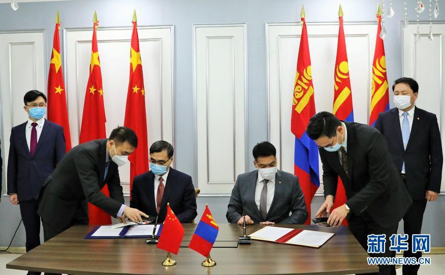 2月23日凌晨,在蒙古国首都乌兰巴托成吉思汗国际机场,中蒙两方代表在交接证书上签字。新华社记者 阿斯钢 摄