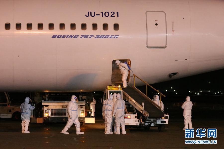 2月23日凌晨,在蒙古国首都乌兰巴托成吉思汗国际机场,工作人员准备卸载中国援助的新冠疫苗。由中国政府和中国人民解放军援助的新冠疫苗22日晚运抵蒙古国首都乌兰巴托成吉思汗国际机场,中国驻蒙古国大使柴文睿、蒙古国副总理兼国家紧急情况委员会主席阿玛尔赛汗等出席在机场举行的交接仪式。新华社记者 阿斯钢 摄8