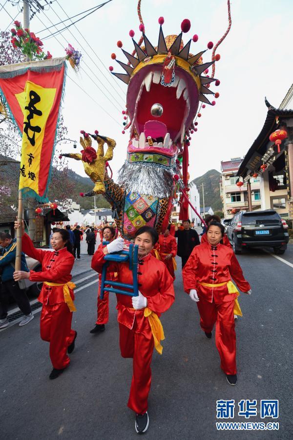 2月23日,百米长的板龙在湖源乡窈口村内踩街。新华社记者 徐昱 摄