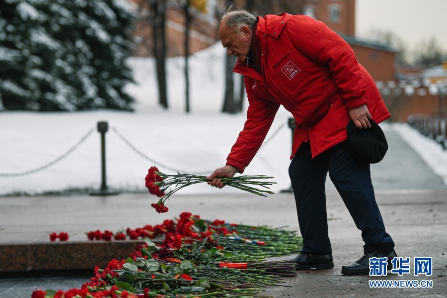 2月23日,在俄罗斯首都莫斯科,俄罗斯联邦共产党中央委员会主席久加诺夫向无名烈士墓献花,纪念祖国保卫者日。2月23日曾是苏联建军节,苏联解体后俄罗斯将这一节日改为祖国保卫者日。新华社发(叶甫盖尼·西尼岑 摄)