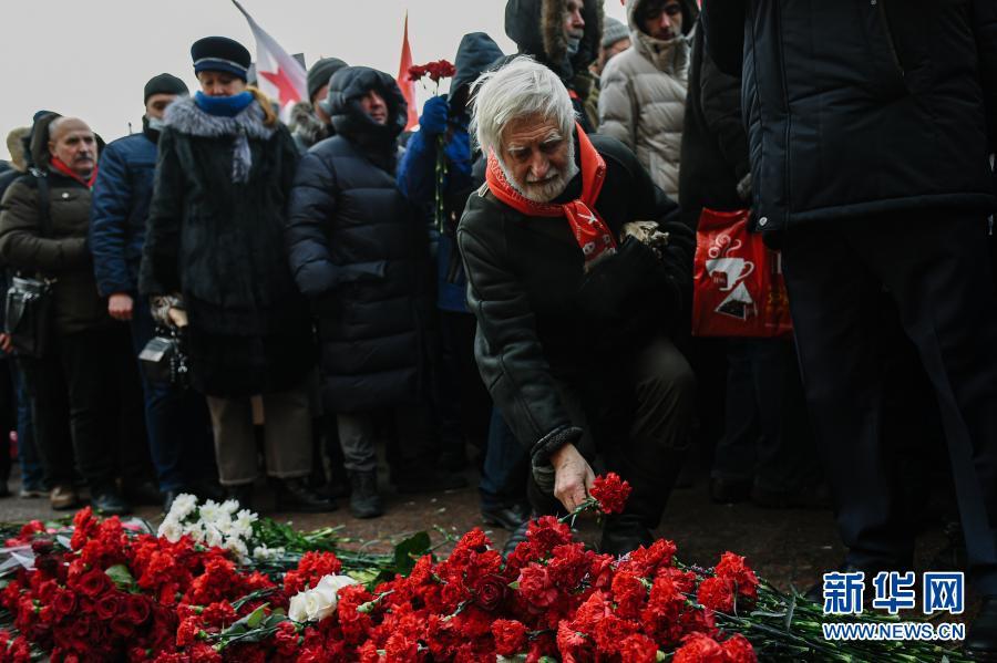 2月23日,在俄罗斯首都莫斯科,人们参加向无名烈士墓献花活动。2月23日曾是苏联建军节,苏联解体后俄罗斯将这一节日改为祖国保卫者日。新华社发(叶甫盖尼·西尼岑 摄)