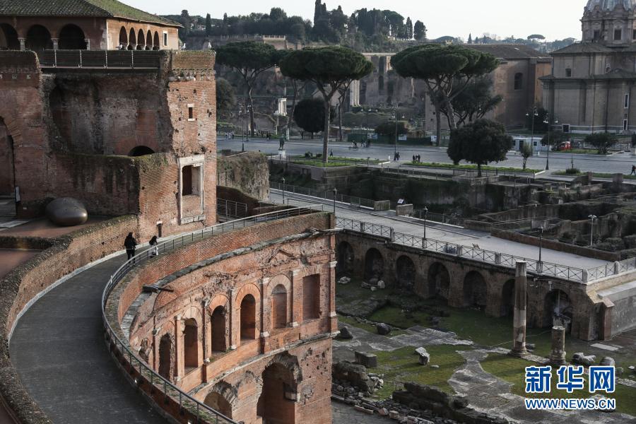 意大利多地从2月1日起放松管控措施,首都罗马的博物馆得以重新开放,但只限于工作日。受疫情影响,罗马各处博物馆和文化古迹仍显得冷清。2月22日,人们在意大利首都罗马的图拉真市场及帝国广场博物馆参观。新华社记者 程婷婷 摄8