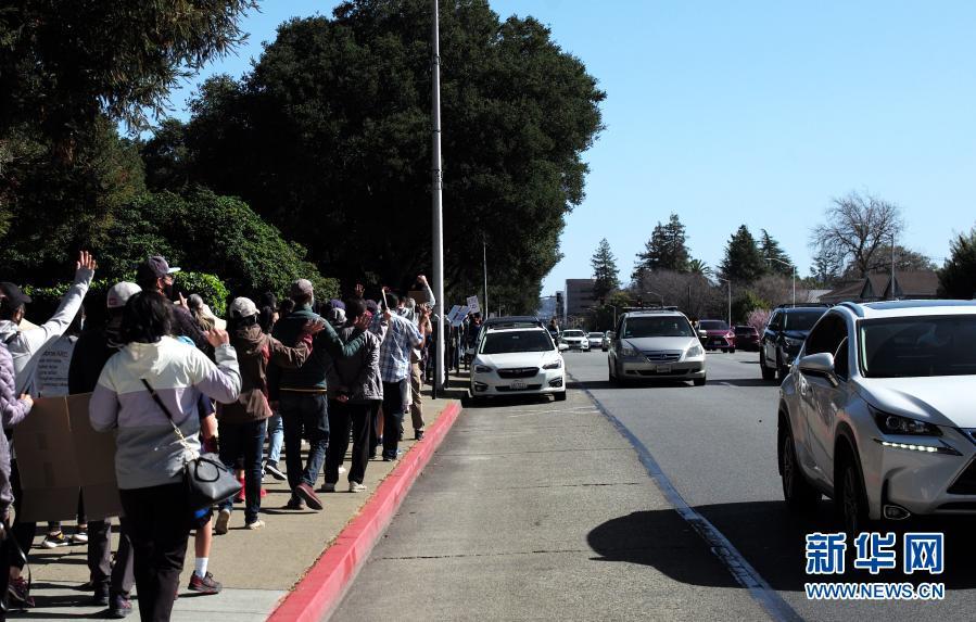 2月27日,在美国加利福尼亚州旧金山湾区圣马特奥市,人们参加集会反对针对亚裔的歧视行为和仇恨犯罪。新华社记者 吴晓凌 摄