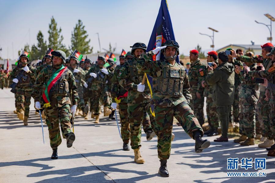 2月27日,在阿富汗西部赫拉特省,阿安全部队士兵参加纪念国家武装力量日活动。2月28日是阿富汗的国家武装力量日。新华社发(埃拉哈·萨希尔摄)