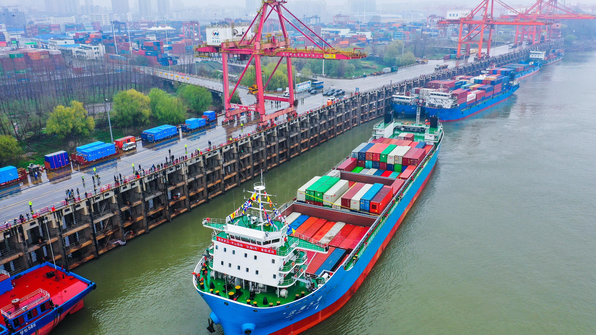外媒关注中国经济总量已达美国七成