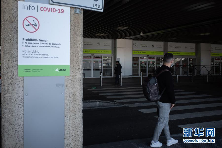 这是3月3日拍摄的西班牙马德里巴拉哈斯机场。西班牙政府3日发布官方公报确认,将对来自博茨瓦纳、科摩罗、加纳等10国的旅行者执行隔离措施,以限制变异新冠病毒的传播。新华社记者 孟鼎博 摄2