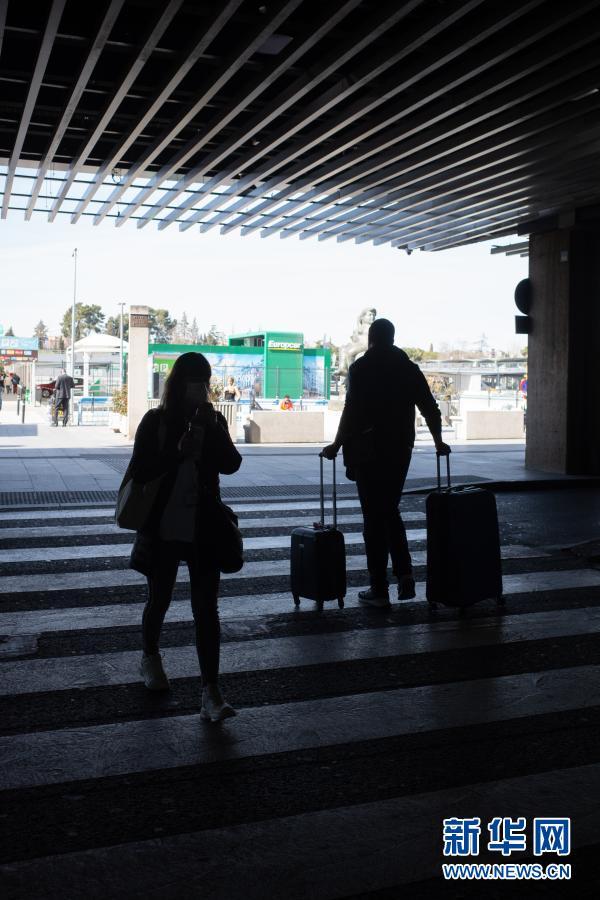 3月3日,旅客走出西班牙马德里巴拉哈斯机场。西班牙政府3日发布官方公报确认,将对来自博茨瓦纳、科摩罗、加纳等10国的旅行者执行隔离措施,以限制变异新冠病毒的传播。新华社记者 孟鼎博 摄