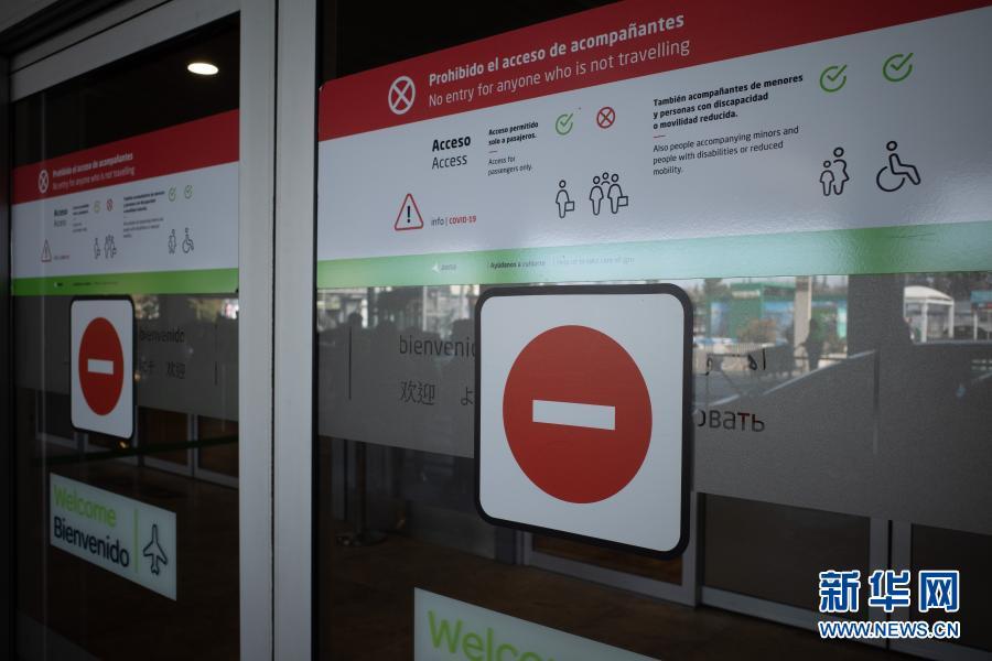 这是3月3日拍摄的西班牙马德里巴拉哈斯机场。西班牙政府3日发布官方公报确认,将对来自博茨瓦纳、科摩罗、加纳等10国的旅行者执行隔离措施,以限制变异新冠病毒的传播。新华社记者 孟鼎博 摄