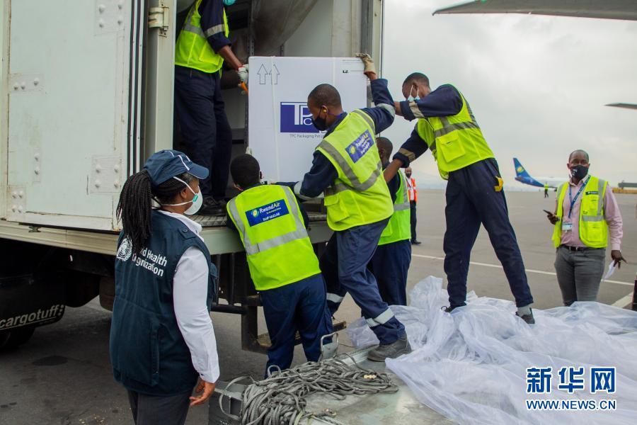 """3月3日,工作人员在卢旺达基加利国际机场搬运该国首批通过COVAX计划收到的新冠疫苗。非洲疾病预防控制中心3日发布的数据显示,非洲累计确诊新冠病例达3915304例,累计死亡104398例,累计治愈3498239例。肯尼亚、卢旺达等多国通过世界卫生组织主导的""""新冠肺炎疫苗实施计划""""(COVAX)收到新冠疫苗。新华社发(西里尔·恩德格亚摄)5"""