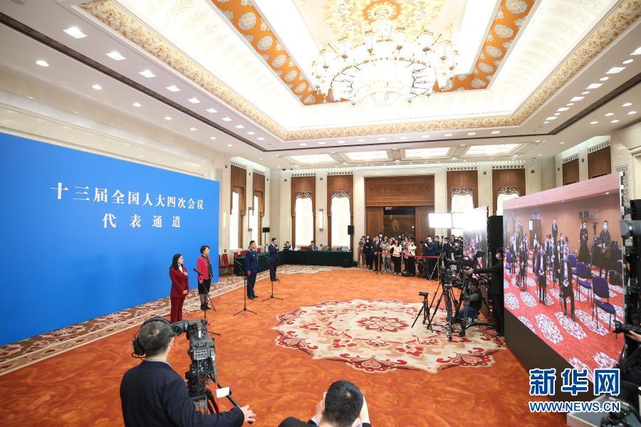 """3月5日,第十三届全国人民代表大会第四次会议举行首场""""代表通道""""采访活动。这是全国人大代表通过网络视频方式接受采访。新华社记者 金立旺 摄"""