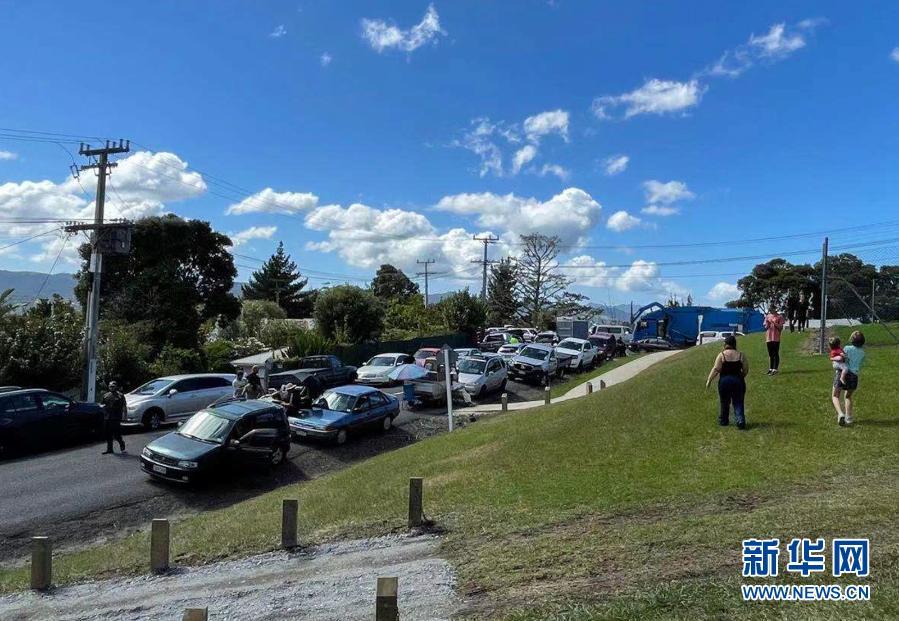3月5日,在新西兰旺阿雷,人们按要求向城市外的高地紧急疏散。据新西兰地质与核科学研究所消息,新西兰北岛以北海域5日连续发生三起强烈地震,震级分别为7.1级、7.4级和8.0级。新西兰民防部门已发布海啸和地质灾害预警,目前没有人员伤亡和财产损失报告。新华社发(天维网供图)11
