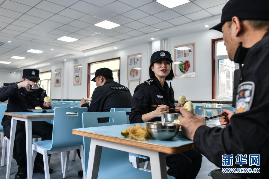 王潇(右二)和同事在吃午餐短暂休息(3月4日摄)。