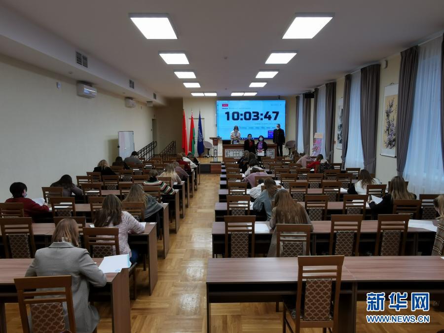 3月5日,学生在白俄罗斯首都明斯克参加白俄罗斯大学生奥林匹克汉语竞赛笔试。为期两天的第四届白俄罗斯大学生奥林匹克中文竞赛5日落幕。比赛吸引了9所高校的100多名选手参加。这一竞赛由白俄罗斯国立大学(白大)孔子学院主办,并得到白教育部支持,目的是提高当地学生学习中文的兴趣和语言能力并普及中国语言文化。这是该孔子学院连续第四年举办这一竞赛。新华社发(任科夫摄)