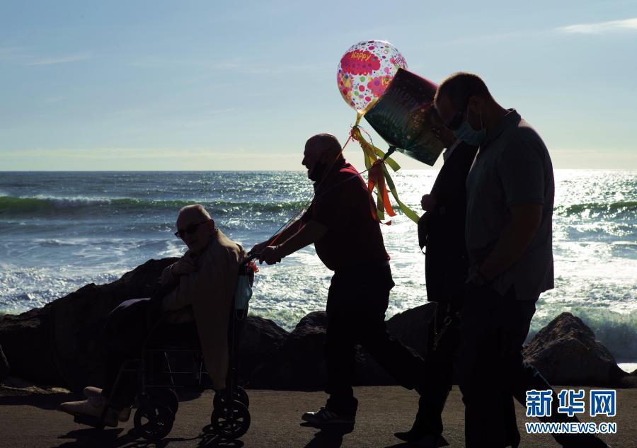 3月5日,亲朋在美国加利福尼亚州半月湾市为一名90岁老人庆生。新华社记者 吴晓凌 摄