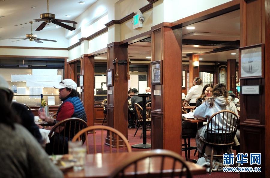 3月5日,人们在美国加利福尼亚州半月湾市一家餐馆内用餐。新华社记者 吴晓凌 摄