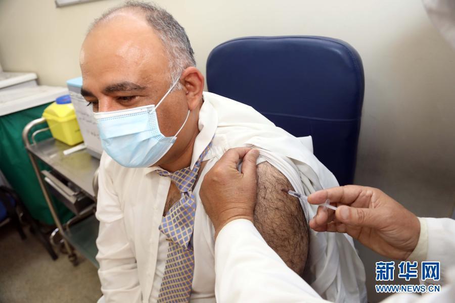 3月7日,一名医护人员在伊拉克巴格达接种新冠疫苗。中国援助伊拉克的首批国产新冠疫苗3月2日凌晨运抵伊首都巴格达。接收疫苗后,伊拉克卫生部立即在全国范围内启动疫苗接种计划,为抗疫前线医护人员接种疫苗。 新华社发(哈利勒·达伍德摄)